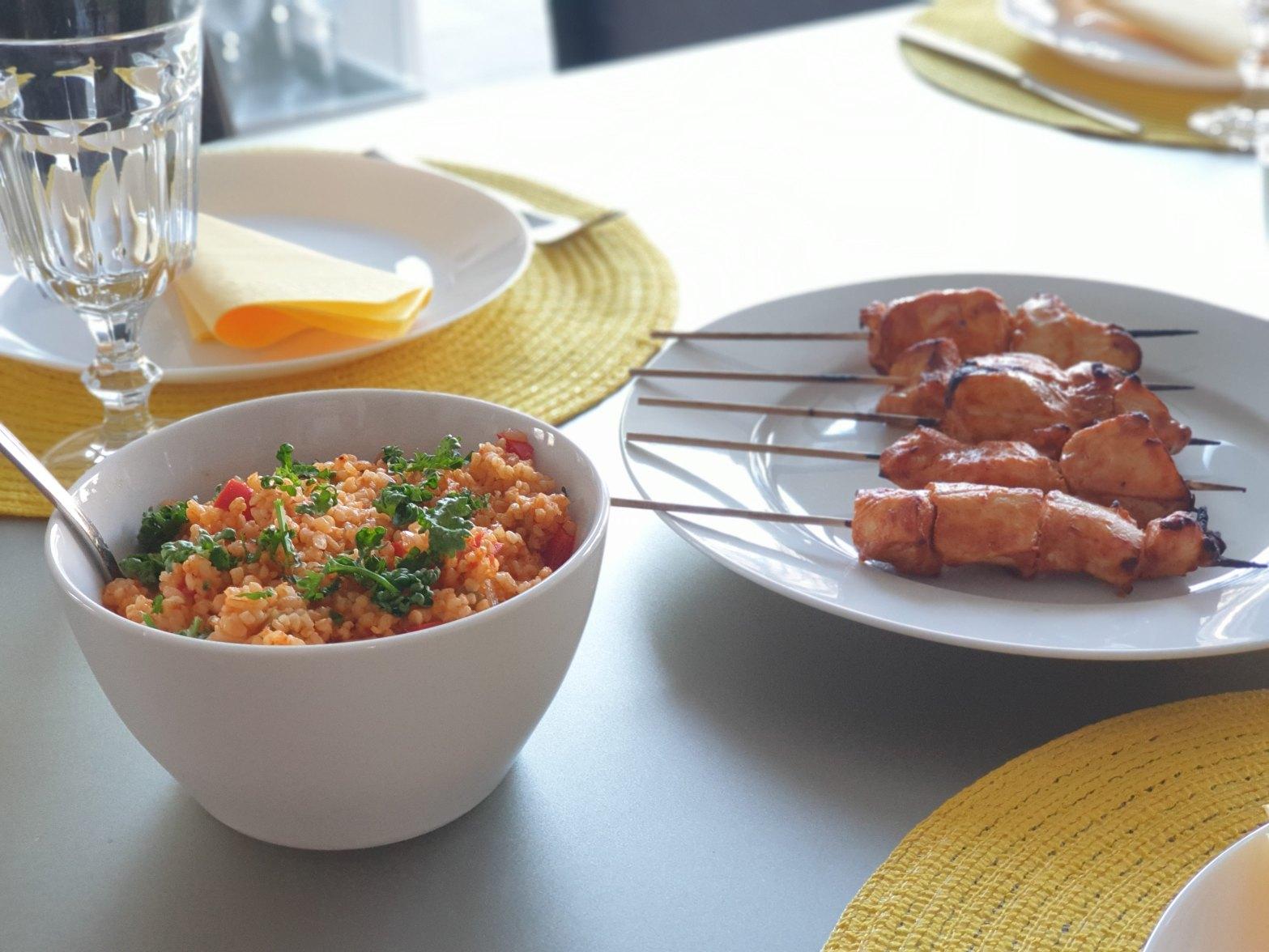 salada de cuscuz turca mais espetinho de frango